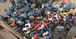 পুলিশ সদস্যদের লাল গোলাপ দিল সাত কলেজের শিক্ষার্থীরা