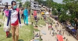 করোনা সক্রমণ ঠেকাতে খেলার মাঠে বসানো হয়েছে বাজার