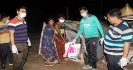 মধ্যরাতে খাদ্য সামগ্রী নিয়ে বেদে পল্লীতে ইউএনও