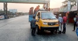 কুমিল্লায় পণ্যবাহী পিকআপে চলছে যাত্রী পরিবহন!
