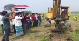কৃষি জমির জলাবদ্ধতা নিরসনে খাল কাটা শুরু করেছে উপজেলা প্রশাসন