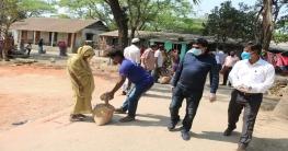 অসহায় ৫০ পরিবারকে খাদ্যসামগ্রী দিলেন জেলা প্রশাসক